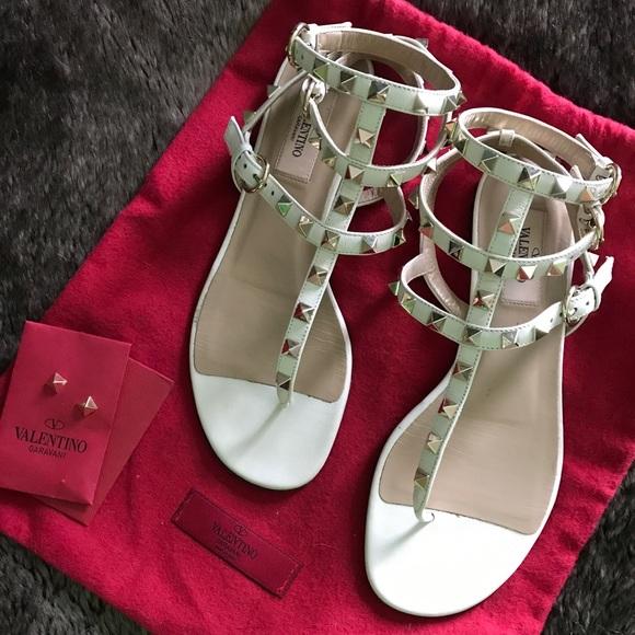995bb193c Valentino Garavani Rockstud Flat Leather Sandal. M 5b40c62403087c6222e87326